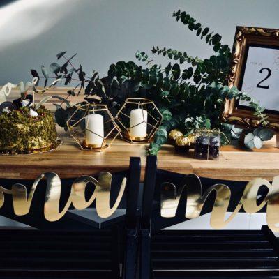 """Złoty, papierowy napis """"mąż"""", """"żona"""". Idealny do dekoracji sali weselnej. W komplecie żyłka oraz samoprzylepne naklejki pomocne w umocowaniu napisów. Wymiary ok. 38,5×10,5 cm i 38 x 13 cm"""