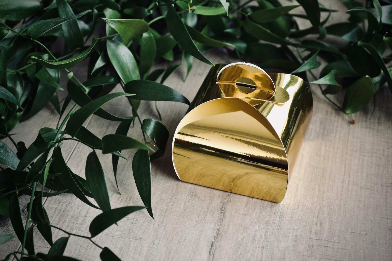 Złote pudełko, wykonane z papieru WYMIARY: 6 x 6 x 5,5 cm W zestawie 10 sztuk.