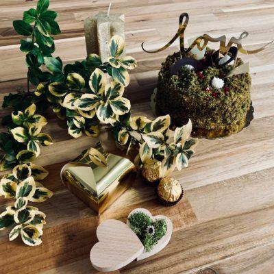 Drewniane pudełko w kształcie serca, wypełnione mchem. Idealne na obrączki ślubne w rustykalnym klimacie wesela.