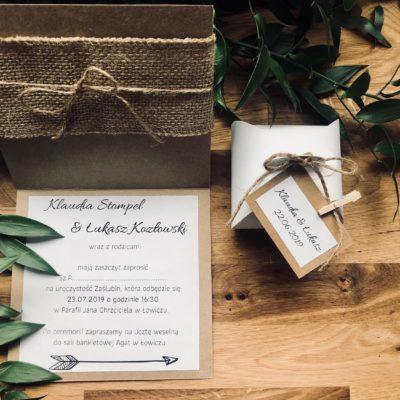 Zaproszenie z motywem strzały, eko papier, jutowa wstążka spersonalizowane logo umocowane za pomocą drewnianego klipsa