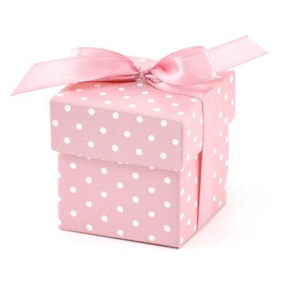 Różowe pudełka w białe kropki wykończone różową kokardką. W zestawie 10 sztuk. WYMIARY po złożeniu: 5,2 x 5,2 x 5,2 cm
