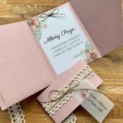 pastelowy róż, papier o grubej gramaturze, delikatne piwonie, koronkowa opaska