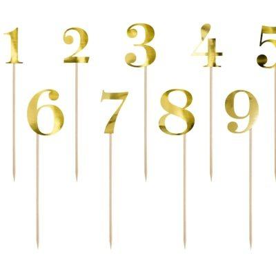 Numery (od 1 – 10) wykonane z papieru lustrzanego w kolorze złotym, idealnie spełniają rolę dekoracyjną wysokość od ok. 25,5 do ok. 26,5 cm.