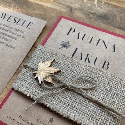 Zaproszenie jesień w stylu retro, jutowa opaska z drewnianym listkiem i sznurkiem